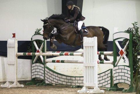 NM-deltaker: Anette Vestvik fra Haugesund Rideklubb på hesten Ascar under innendørs-NM i sprangridning. FOTO: