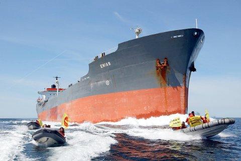 Oljetankere er ofte massive skip, som frakter råolje eller oljeprodukter. Foto: Greenpeace / Dick Gillberg / NTB scanpix