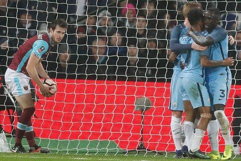 Håvard Nordtveit satte ballen i eget mål mot Manchester City. Foto: Kirsty Wigglesworth / AP / NTB scanpix