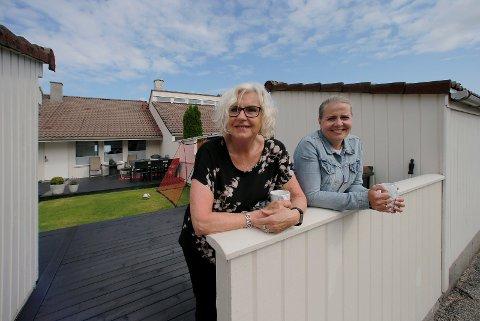 NABOER: Aase Alne Jacobsen og datter Anne Jacobsen Vikse bor bare noen meter fra hverandre på rekkehusfeltet på Geitafjellet.