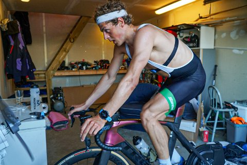 NORGESMESTER: Endre Espedal, her hjemme i garasjen i Haugesund, vant NM-gull i sprint.