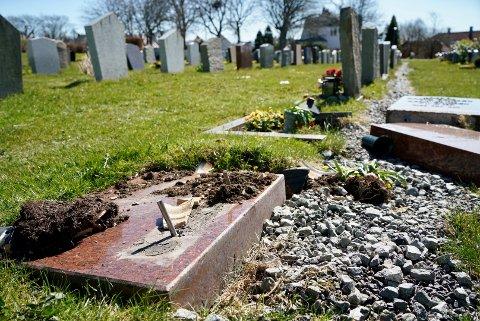 HÆRVERK: Bare naglene står igjen, mens gravstøttene ligger et godt stykke lenger borte.