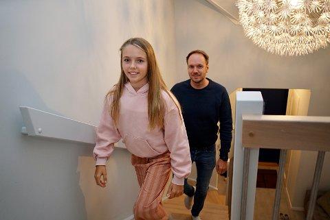 VEMODIG: Både Frida (10) og far Magnus Aarbakke syns det er vemodig å skulle selge hjemmet i Espevikvegen på Solvang. Men nå som huset tross alt ligger for salg, kunne de godt tenke seg at det blir solgt så fort som mulig.