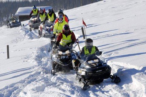Må drilles: Bildet viser snøskuteropplæring i Hattfjelldal i 2011. Behovet for opplæring har neppe blitt mindre - det kan virke som om en del skuterkjørere både i løypekommunen Hattfjelldal og andre steder på Helgeland fortsatt ikke har akseptert at det finnes regler for kjøring. SNO konstaterer at mange kjører ulovlig.