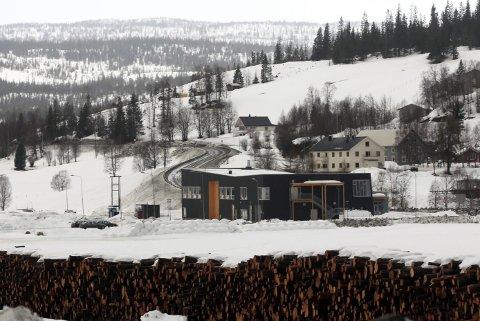 REISER SEG: Rent arkitektonisk arter Fjellfolkets hus seg som en fremmed fugl i Hattfjelldal-landskapet. Foto: Stine Skipnes