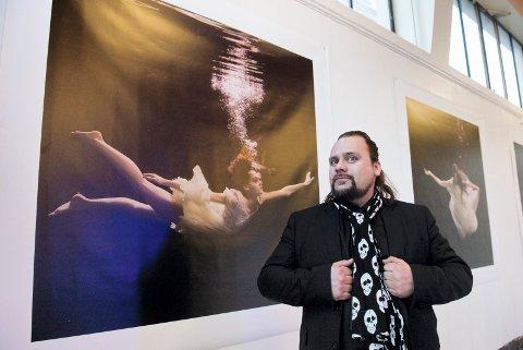 Per Heimly tar med seg et tverrsnitt av produksjonen de siste 20 åra til Mosjøen. Bildet er fra Litteraturhuset.