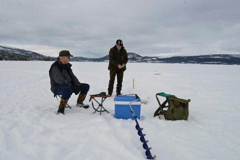 Grunneierne Kjell Sivertsen og Knut Ånes fisket på Fustvatnet tirsdag.