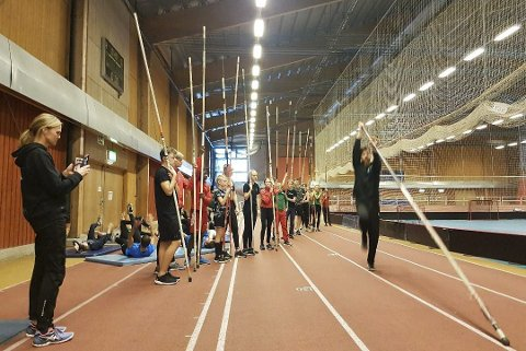 Det er ikke ofte det er så mange som trener stavsprang På treningsgruppa under samlinga var det 17 unge deltakere. – Det er høyt nivå på svenske stavhoppere, sier Kjell VIdar Norheim. Foto: Niklas Lindskog