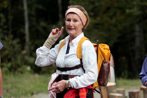 Dronning Sonja på skogtur med flerkulturelle kvinner i Drammen i Den Norske Turistforeningens regi.