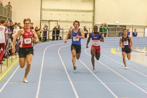 Erik Tanawat Mikkeljord (t.h.) under UM friidrett innendørs i Ulsteinhallen i 2019. I helga løp Erik NM innendørs for senior, og snart er det UM igjen.