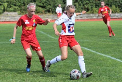 Maja Jensen Aanes (hvit drakt) og lagvenninnene imponerer i Norway Cup.