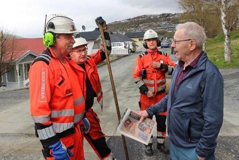 ASFALTERING I HALSÅSEN: Trond Pedersen (t.v) , Bjørn Arve Sørhøy og  Kenneth Lindgren i samtale med Hans Sund
