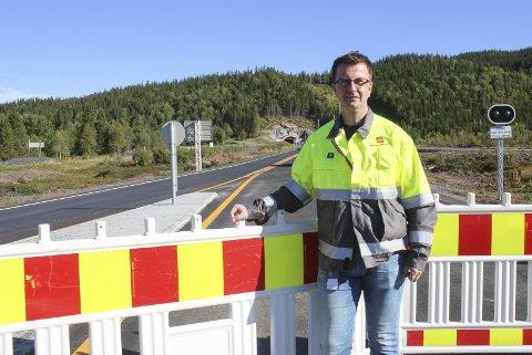 NY E6 NORD FOR MOSJØEN KLAR TIL ÅPNING: Her står Stian Rystad, byggeleder E6 Helgeland sør, på Skotsmyra. Herfra og oppover til Luktvatn skal 28 km med ny vei med 90 km/t åpnes torsdag 3. september.  Foto: Per Vikan