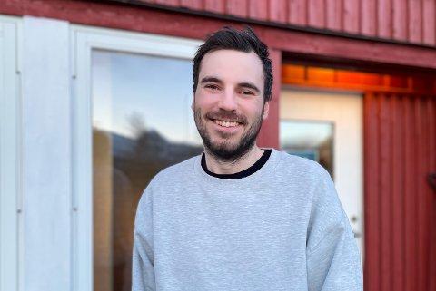 Odin Antonsen Torvenes er utdannet innen grafisk design og medieproduksjon. Likevel takket han ja til å ta over driften ved Tjongsfjord Gjestegård sammen med samboer Helene Abelsen i 2018.