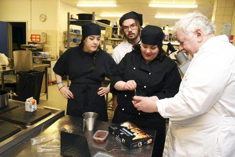 SMAKEPRØVE: Renate Nordli (i midten) deler mer enn gjerne ut smaksprøver på multechutney med chili. Medelevene Christine Andresen og Vemund Mortensen gleder seg til en smakebit. Lærer Sigurd Løfgren har allerede fått smake.alle foto: anniken renslo sandvik