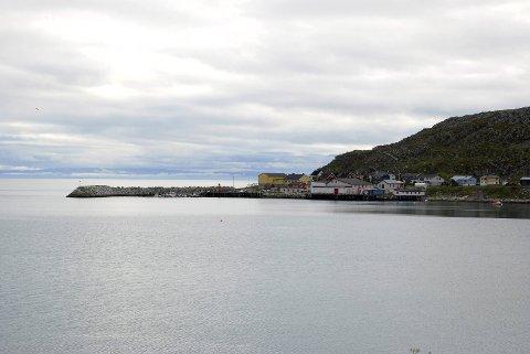 MÅ BETALE: Tidligere har det kun vært boliger i Kjøllefjord som må ha betalt eiendomsskatt. Men nå må også bygdene i kommunen betale eiendomsskatt. Dyfjord er en av dem.foto: Alf helge Jensen