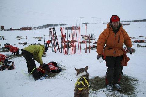 SKAL LETE: Roy Åge Ugseth er på vei for å gjøre et søk etter hundene til Kjell-Harald Myrseth. Hundene forsvant da Myrseth ble fraktet ned fra fjellet etter å ha vært savnet i nærmere 24 timer.  Arkivfoto: Anniken Renslo Sandvik