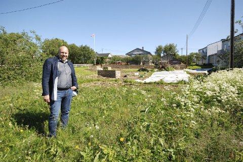 INSPIRERT: Ordfører i Vadsø, Hans-Jacob Bønø besøkte Ytrebyhagen, hvor Gunn Tone Grubstad Vyörykkä planlegger å lage et innbydende samlingspunkt.