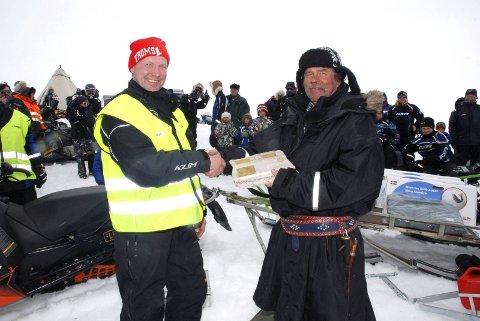 VANDREPREMIE: Bygdelagsleder Tormod Nilsen overrakte vinner Walter Brandsegg beviset på at han har ett napp i vandrepremien på 49.000 kroner. Det var i 2014.