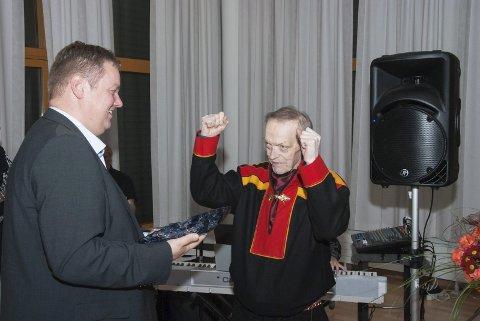 MOTTOK PRIS: Daværende fylkesordfører Runar Sjåstad hadde æren av å tildele Nils R. Utsi kulturprisen i 2016.