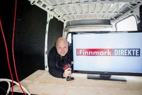 EGEN PRODUKSJONSBIL: iFinnmarks «Reodor Felgen», redaktør Stian Eliassen, har bygget en egen produksjonsbil som skal brukes når fotballfesten i Piteå skal overføres på iFinnmark.no.