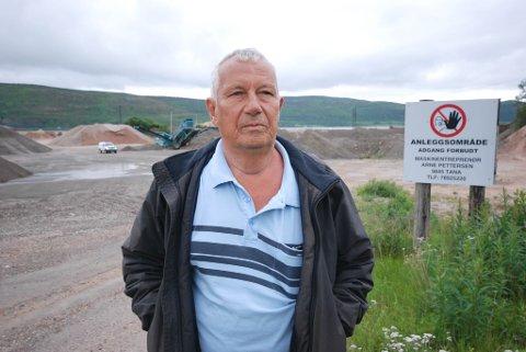 DYPT UENIG: Maskinentreprenør Arne Pettersen i Austertana er dypt uenig i kommunens påstand om at han hadde lagret farlig avfall på sitt industriområde i bakgrunnen. Alle foto: Alf Helge Jensen
