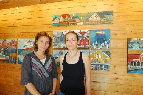 FÅR FOKUSERE PÅ KUNSTEN: Kunstnerne Veronika Vologzhannikova og Mariia Mikhailenko fra Murmansk har bodd i Vadsø i juli for å jobbe med kunsten. - Her får vi tid til å fokusere hundre prosent på kunsten, sier de.