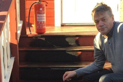 FIkK SLUKKET BRANNEN: Fred Johnsen klarte å slukke brannen som startet under verandaen. Foto: Privat.