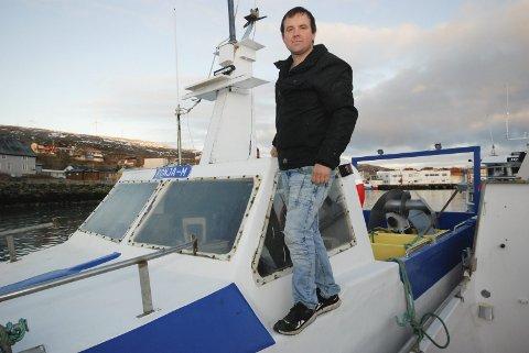 LITEN, MEN SPESIELL: Sjarken til Ron Berg er bare 7,98 meter. Selv om båten er spesielt konstruert og godt rigget, er det lite når fisken  står langt til havs. Men Berg lar seg ikke stoppe av den grunn.