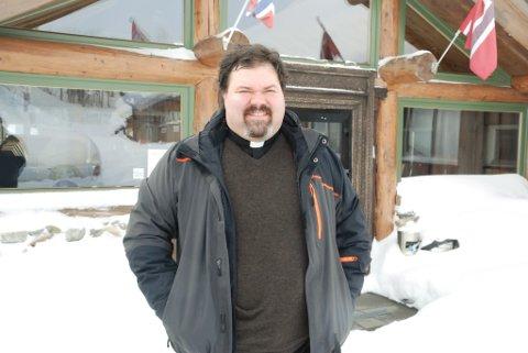 GLEDER SEG: Her er prest Jon Arne Tandberg på Skaidi hotell før påskegudstjenesten på Lille Doggi. Foto: Trond Ivar Lunga
