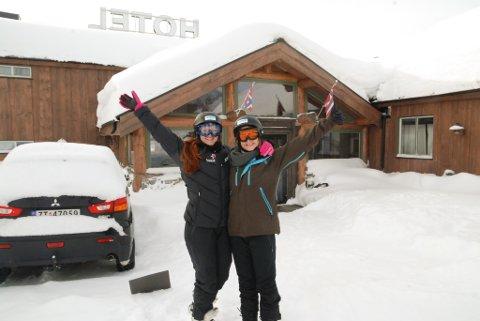 FOR FØRSTE GANG: Jessica Evans (t.v.) og Bridget Hopkins fra Australia opplevde snø for første gang da de feiret påsken på Skaidi i fjor. Foto: Trond Ivar Lunga