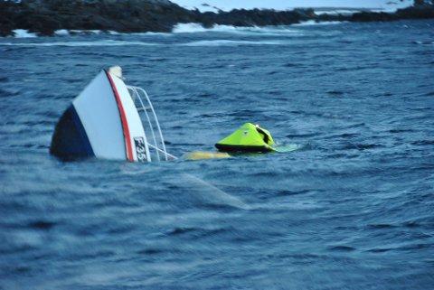 SANK: Slik lå båten da hjelpen kom fram. Bildet er tatt av styrmann om bord i RS 111 Peter Henry von Koss.
