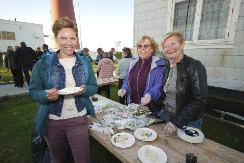 RØTTENE TREKKER: Grete Kristoffersen, sjef for Nav i både Finnmark og Troms, bor i Tromsø, men er opprinnelig gamvikværing. Og følelsene for hjemstedet blir sterkere og sterkere. Her har hun fått servert gropstekt hyse av sin mor May-Liss Kristoffersen (født Svendsen) og tante Ebba Svendsen.