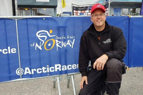 BOBLER OVER: Børt Erik Jakola var den heldige vinneren som vant tur med kommandosentralen sin bil under første etappe av Arctic Race. I en fart på 110 kilometer i timen klamret han seg fast i bilen mens han flirte og lo. Han beskriver turen som helt vanvittig.