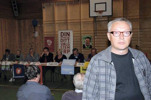 REFSET EGET PARTI: Jon Erland Balto på et valgmøte i hjembygda Sirma i 2011. Da refset han Senterpartiet for at de ville legge ned Sirma skole.