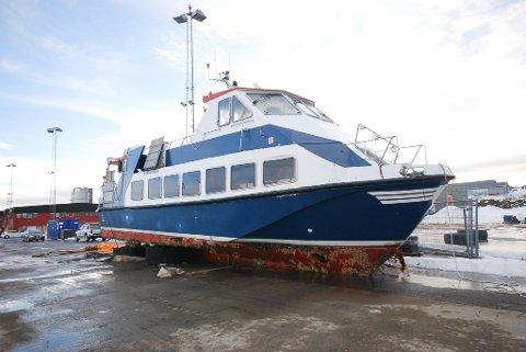"""LØFTET PÅ LAND: """"Peer Gynt"""" løftet på land mandag 25. februar 2019 etter å ha sunket ved kaia i Vadsø. Nå venter kommunen på at eieren skal finne en løsning på å fjerne båten."""