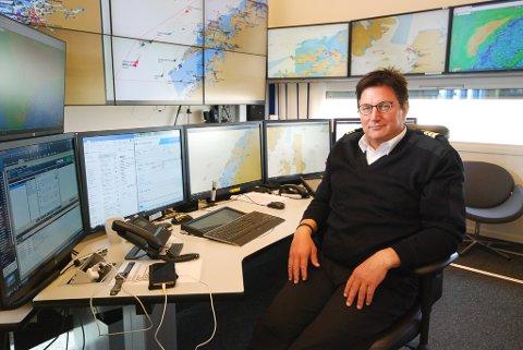 PENDLER: Trafikkleder Per Inge Sivertsen pendler fra Lakselv til Vardø for jobben. Han sier yrket er det nærmeste han kan komme arbeid ute på sjøen, noe han ble frarådet av legen etter en arbeidsulykke. Som trafikkleder følger han all risikofylt trafikk på havet.