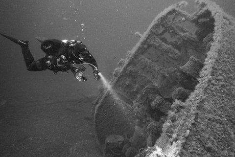 """DELT I TO: Hurtigruteskipet DS """"Vesteraalen"""" ble truffet midtskips og sank raskt og tok med seg mange til en våt grav."""