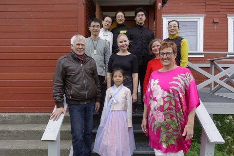 SAMLET: Styreleder i Sino Nordic forening, Svein-Harald Robertsen, står fremst til venstre, Sofia i midten og prosjektkoordinator Ellen Samuelsen til høyre. Bak i midten står solist Veronika Karlsen med venner og kunstnere fra Kina med på bildet.
