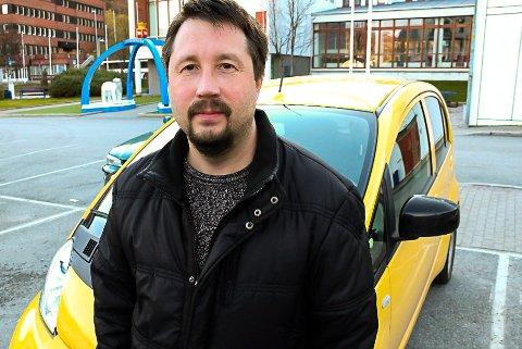 Med sin første elbil: Rolf-Ole Frantzen var blant de første med elbil, i 2014. For hammerfestingen handler det om å redusere utslippene. Han håper kommune- og fylkestingspolitikerne legger mer til rette for elbilen framover.