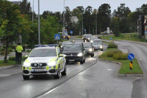 KORTESJE: Politiet kjørte først i kortesjen med de omkomne.