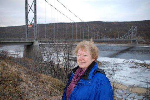 LEIT: Erna Fjelldahl fra Tana var tidlig ute med ideer til hva som kunne gjøres med gamle Tana bru. Nå syns hun det er leit å høre den skal rives.