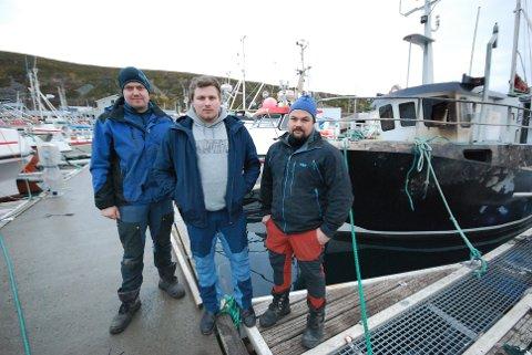 BRANNMUR: Kirill Svendsen (i midten) ble på flere måter den store helten under båtbrannen i Kjøllefjord. Også sjarken hans (t.h.) var viktig. Takket være at den er av aluminium, ble den ikke overtent, og fungerte dermed som en slags brannmur for de mange plastsjarkene lenger inn i flytebrygga. Hadde Svendsen hatt plastsjark i stedet, kunne mange båter gått tapt. Her er Svendsen flankert av Dag Øyvind Ingilæ (t.v.) og David Liland.