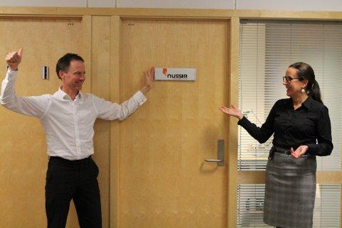 FOR HÅND: Det var direktør Øystein Rushfeldt som satte kontorskiltet på plass.