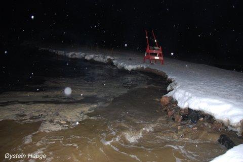 Dette bildet av veien ble tatt 11. februar. Øystein Hauge tror veien vil rase sammen om ingenting gjøres.