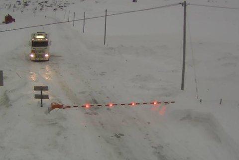 KOLONNE: På E69 ved Vedbotn var bommen nede søndag morgen. Det er kolonnekjøring på strekningen mellom Nordkapptunnelen og Hønsa.