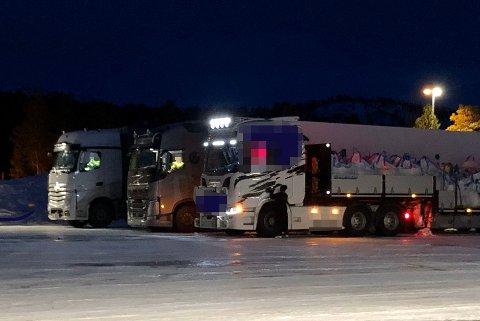 KONTROLLERT: Statens vegvesen undersøkte 44 kjøretøy søndag, deriblant disse tre. Det ukjent om det er disse tre kjøretøyene som det ble ilagt reaksjoner mot.