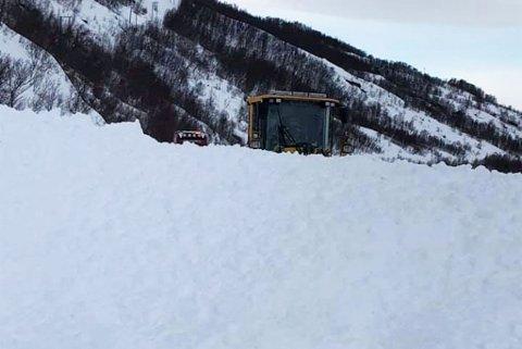 brøyting, snøras, ras Børre Andersen As måket vekk snørasene som sperret Fv 883 Skillefjordnes - Skillefjorden, i Alta kommune mandag 23. mars.