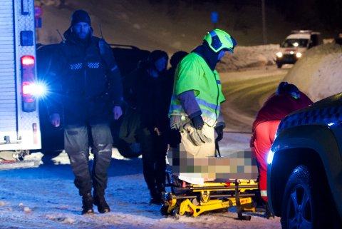 LAGT PÅ BÅRE: Den skadde kvinnen ble fraktet til sykehus etter trafikkulykke søndag kveld. Her jobbet nødetatene på stedet.