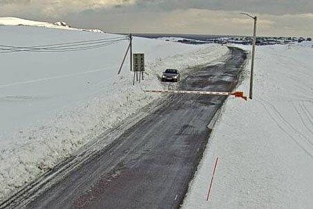 VENTETID: Her står en bil og venter ved bommen på fylkesvei 888 i Mehamn.